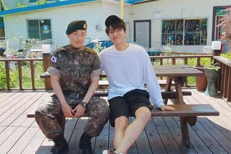 先月入隊したアイドルグループ「INFINITE」ソンギュが軍の修了式での記念写真を公開した。(提供:OSEN)