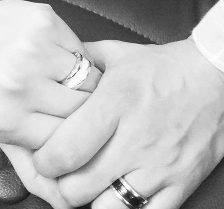 元「Click-B」キム・サンヒョク、恋人とのカップルリングを公開 「結婚はまだ…」(提供:OSEN)