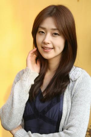 ユミンの名で韓国で活躍した女優の笛木優子が29日、SNSで韓国ファンに向けて韓国語でも結婚したことを伝えた。(提供:OSEN)