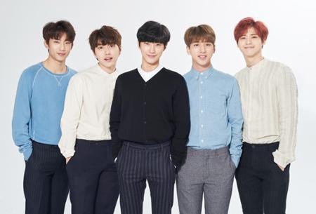 韓国ボーイズグループ「B1A4」メンバーのジニョン(中央)とBARO(右から2番目)が、所属事務所WMエンタテインメントと再契約をしないことになった。(提供:OSEN)