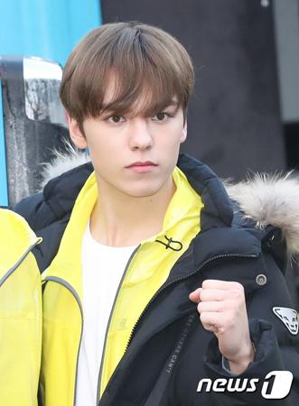 韓国ボーイズグループ「SEVENTEEN」メンバーのVernonがコンサート中に負傷し、ステージの一部に参加しないことになった。(提供:news1)