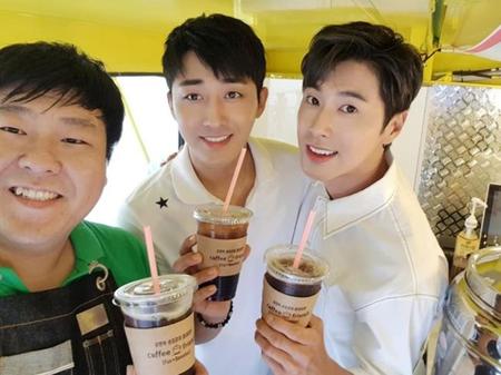 韓国ボーイズグループ「東方神起」のユンホと俳優ソン・ホジュンが、寄付活動をおこなった。(提供:OSEN)