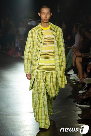 韓国の男性モデル、スミンが「Models.com」2019 S/Sコレクションランウェイランキング1位の栄光を手にした。