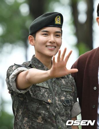 韓国ボーイズグループ「SUPER JUNIOR」末っ子のリョウクが除隊した。現役での服務を終えたリョウクの除隊を祝うためにメンバーやファンが駆けつけた。(提供:OSEN)