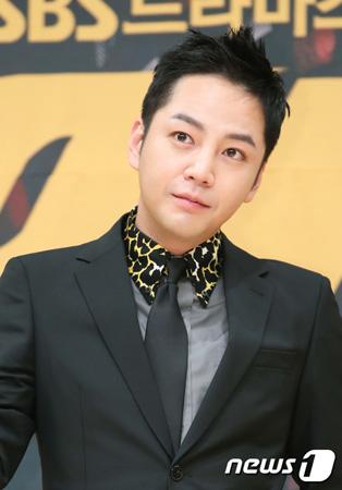 韓国俳優チャン・グンソクが4級兵役判定を受けたことが伝えられてから、一人っ子だということが今更ながらイシューになるなど話題が耐えない。(提供:news1)