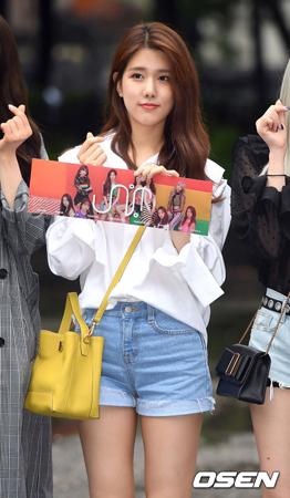 韓国ガールズグループ「UNI.T」メンバーのヤン・ジウォンが、バラエティ番組収録中に熱愛を告白したことについて、番組側は「現在、確認している」と伝えた。(提供:OSEN)