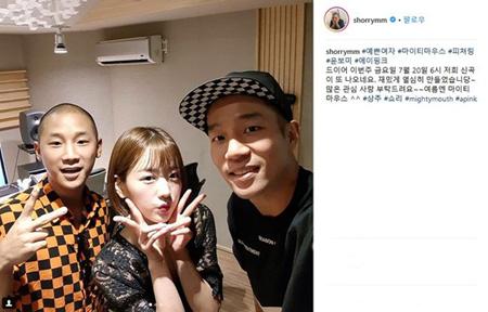 韓国ガールズグループ「Apink」ユン・ボミが、ヒップホップデュオ「Mighty Mouth」(サンチュ、shorry)を援護射撃する。(提供:OSEN)