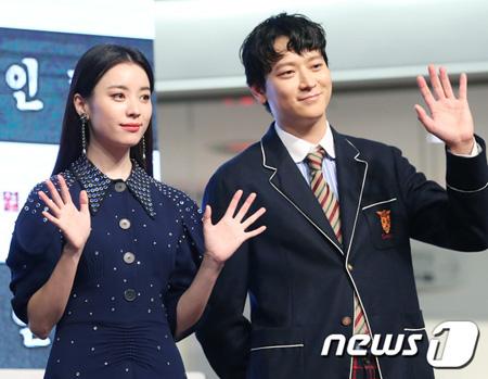 韓国俳優カン・ドンウォンと女優ハン・ヒョジュが、熱愛報道について言及しなかった。二人はいつものように並んで立ち、映画のプロモーションに最善を尽くした。(提供:news1)