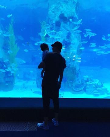 韓国女優チョ・ユンヒ(35)が、娘を抱いている夫で俳優のイ・ドンゴン(37)の様子を公開した。(提供:OSEN)