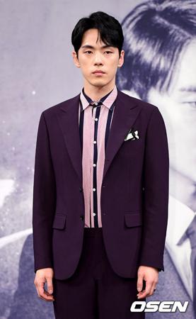 韓国俳優キム・ジョンヒョン(28)が、MBCの新ドラマ「時間」の制作発表会で無表情を一貫し、騒動になっている中、所属事務所側が「役に入り込みすぎた」と謝罪した。(提供:OSEN)