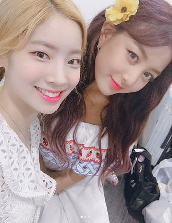 韓国ガールズグループ「TWICE」メンバーのダヒョンが、ジヒョとミナと共にファンサービス写真を公開した。(提供:OSEN)