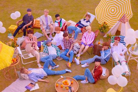 """""""さわやかさの代名詞""""韓国ボーイズグループ「SEVENTEEN」の5thミニアルバムが、HMVとタワーレコードのオンラインCD販売で1位を獲得した。(提供:OSEN)"""