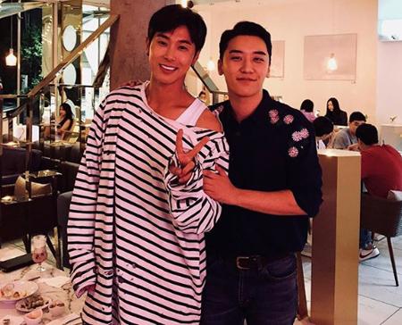 韓国歌手V.I(BIGBANG)とユンホ(東方神起)が変わらない友情を見せた。(提供:OSEN)