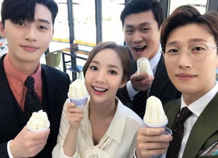 韓国ドラマ「キム秘書がなぜそうか? 」に出演中のパク・ソジュン、パク・ミニョン、カン・ギヨン、カン・ホンソクが仲の良さを見せつけた。(提供:news1)