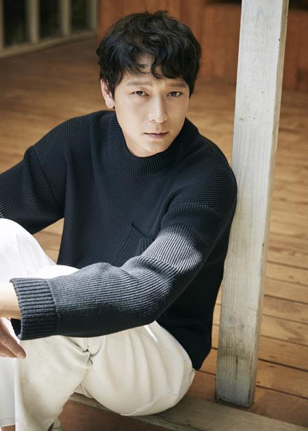 韓国俳優カン・ドンウォンが映画「人狼」で相手役を演じた女優ハン・ヒョジュとの熱愛説の後日談を明かした。(提供:news1)