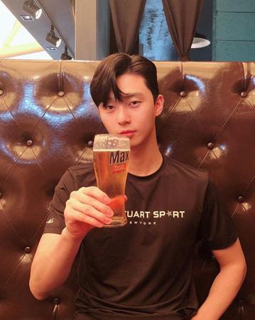 韓国俳優パク・ソジュンが、連日の暑さを吹き飛ばすようなさわやかな写真を公開した。(提供:OSEN)