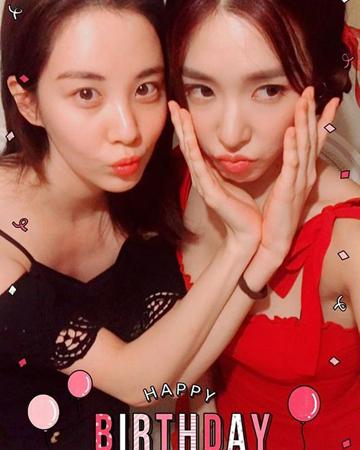 「少女時代」のソヒョンとティファニーが久しぶりに2ショットを公開して、ファンを喜ばせた。(提供:OSEN)