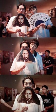 韓国映画「神と共に-因と縁」主演の俳優ハ・ジョンウとチュ・ジフンが、猛暑にもかかわらず舞台あいさつをおこなって観客と交流した。(提供:OSEN)