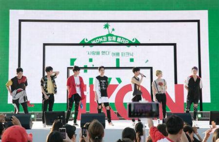 4日午後5時30分、ソウル・漢江公園イェビッ島で「PiKONIC DAY」を開催した「iKON」。(提供:OSEN)