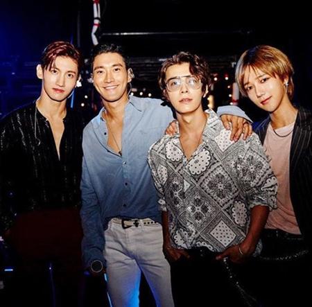 韓国ボーイズグループ「SUPER JUNIOR」メンバーのイェソンが、シウォン、ドンヘそして「東方神起」チャンミンとの近況写真を公開した。(提供:OSEN)