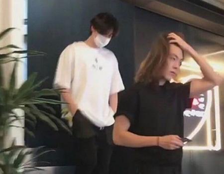 鼻咽頭がん闘病中の俳優キム・ウビン、最近撮られた長髪写真が話題…回復に向かう姿にファンも安心(コミュニティサイト)
