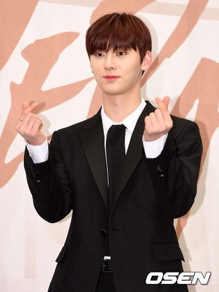 """""""実物がより輝くアイドル""""にアイドルグループ「Wanna One」兼「NU'EST」のファン・ミンヒョンが「IDOLCHAMP」で実施したファン投票で1位に輝いた。(提供:OSEN)"""