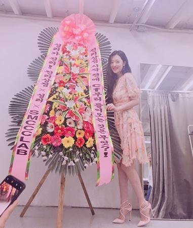 韓国女性歌手ソルリ(24)が、「キリムの日」のポスターを掲載してから、変わらずに日常を公開してファンから支持されている。(提供:OSEN)