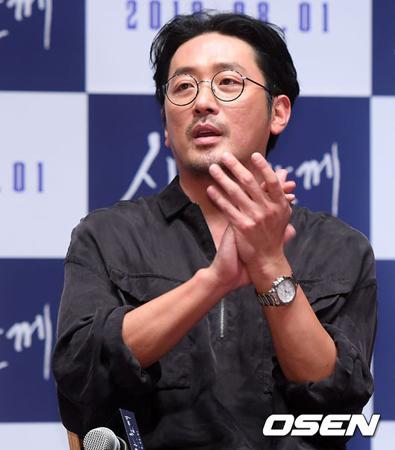 """韓国俳優ハ・ジョンウ(39)が投げた球が""""1億ウォン(約1000万円)寄付""""という意味ある結果で戻ってきた。(提供:OSEN)"""