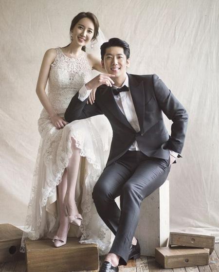 韓国トロット歌手ヒョンサン(本名:チェ・ヒョンサン、35)とMBC気象予報士イ・ヒョンスン(33)が結婚する。(提供:OSEN)