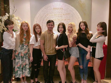 韓国ガールズグループ「MOMOLAND」がフィリピンの英雄マニー・パッキャオと対面した。(提供:OSEN)
