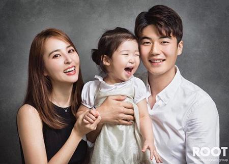 女優ハン・ヘジン&韓国代表キ・ソンヨン夫妻、4歳になった娘シオンちゃん公開し話題に(提供:OSEN)