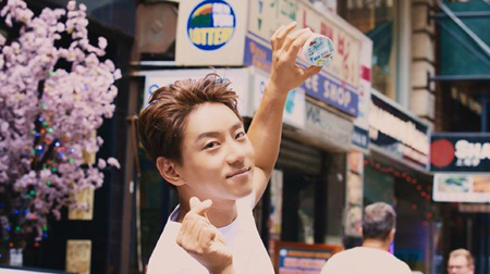 韓国歌手ファン・チヨルがニューヨークコスメブランドのモデルに抜てきされた。(提供:OSEN)