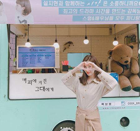 韓国歌手で女優としても活躍しているソヒョン(少女時代)が、ティファニー(少女時代)からの差し入れに感謝の気持ちを表しながら記念写真を公開した。(提供:news1)