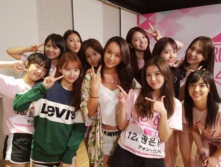 韓国Mnet「PRODUCE 48」のトレーナーとして活躍した人気振付師ペ・ユンジョンが、練習生たちとの写真を公開した。(提供:OSEN)
