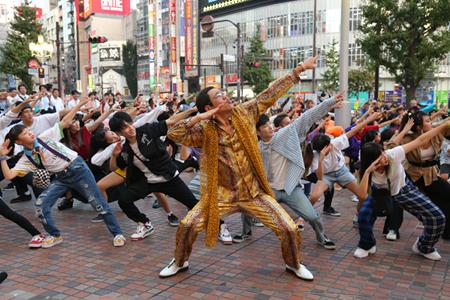 「BIGBANG」V.I、新曲ダンスチューンで新宿にサプライズフラッシュモブが出現! ピコ太郎も登場(オフィシャル)
