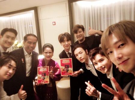 韓国ボーイズグループ「SUPER JUNIOR」が、インドネシアのジョコ・ウィドド大統領夫妻に会った。(提供:OSEN)