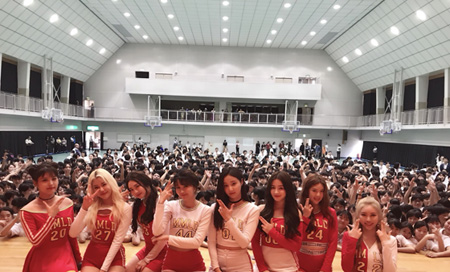 「MOMOLAND」、「あなたの学校におじゃまします! 」企画で福岡の高校へサプライズ訪問! (オフィシャル)