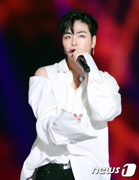 韓国アイドルグループ「iKON」のメンバーJU-NE(ジュネ)がSNSでファンを無視したとして、物議をかもしている。(提供:news1)