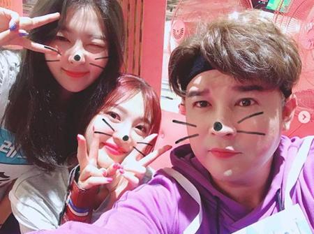韓国ボーイズグループ「SUPER JUNIOR」のシンドンと、ガールズグループ「Red Velvet」のスルギ&ジョイの仲睦まじい写真が公開された。(提供:OSEN)