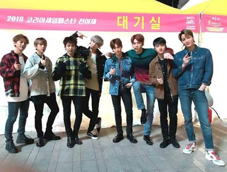 韓国ボーイズグループ「EXO」が、団体写真を公開して話題を呼んでいる。(提供:OSEN)