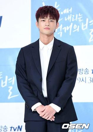 韓国歌手兼俳優のソ・イングクが、兵役免除騒動を乗り越えてドラマ復帰は成功できるだろうか。(提供:OSEN)