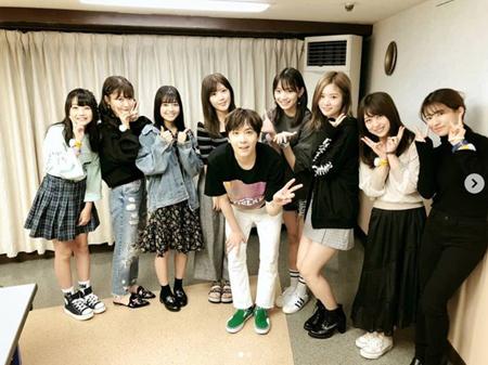 韓国バンド「FTISLAND」メンバーのイ・ホンギが、「AKB48」メンバーらとの記念写真を公開した。(提供:OSEN)