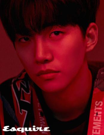 韓国ボーイズグループ「2PM」メンバーのジュノが、カリスマ性あふれる眼差しを見せる写真が公開された。(提供:OSEN)