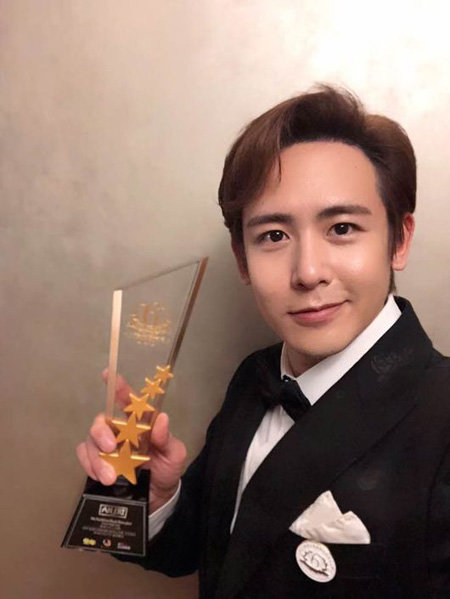 韓国アイドルグループ「2PM」ニックンがタイのマガジンが授与する授賞式で「アジアスーパースター(Asia Superstar)」賞を受賞し、幅広い人気と影響力を証明した。(提供:OSEN)