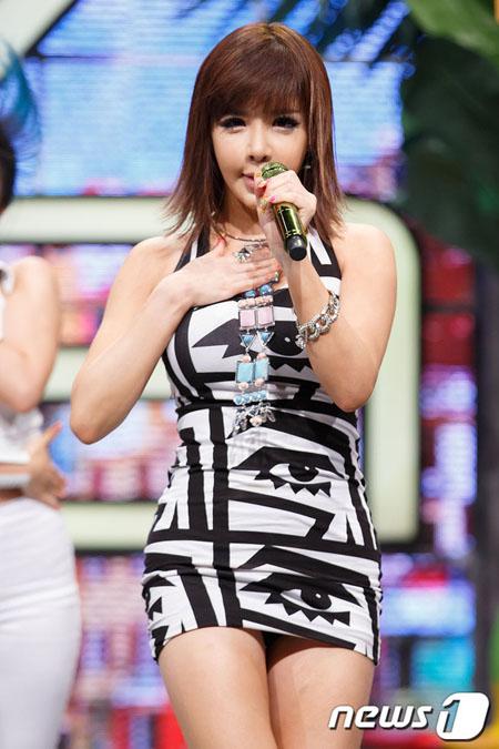 BOM(元2NE1)、Netflixリアリティシットコム「YG戦資」カメオ出演へ=本格的な活動再開か?