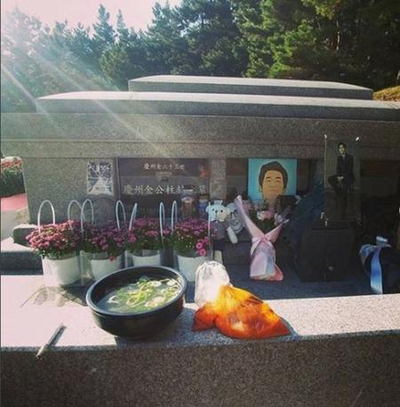 韓国俳優ハン・ジョンスが、故キム・ジュヒョクの誕生日にお墓を訪れたことを報告した。(写真提供:OSEN)