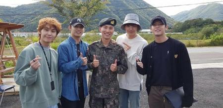 韓国ボーイズグループ「BTOB」メンバーのソ・ウングァンが、メンバーたちの祝福の中で訓練所での終了式を迎えた。(写真提供:OSEN)