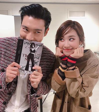 """ソロで活動中のユリ(少女時代)とシウォン(SUPER JUNIOR)の""""SMコンビ""""写真が公開された。(提供:OSEN)"""
