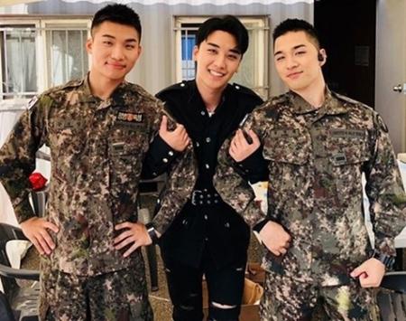 「BIGBANG」V.I(スンリ)が、現在入隊中のD-LITE(テソン)、SOL(テヤン)とともに撮影した認証ショットを公開。(写真提供:OSEN)