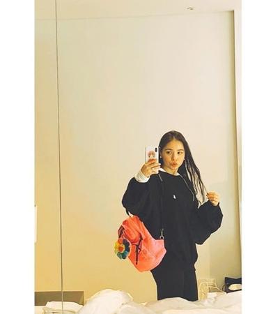 韓国女優ミン・ヒョリンが可愛いリュックを背負った大学生のような雰囲気のセルフショットを公開。(写真提供:OSEN)